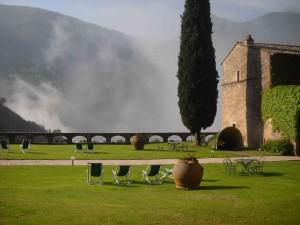 vista mozzafiato dal giardino dell'abbazia san pietro in valle